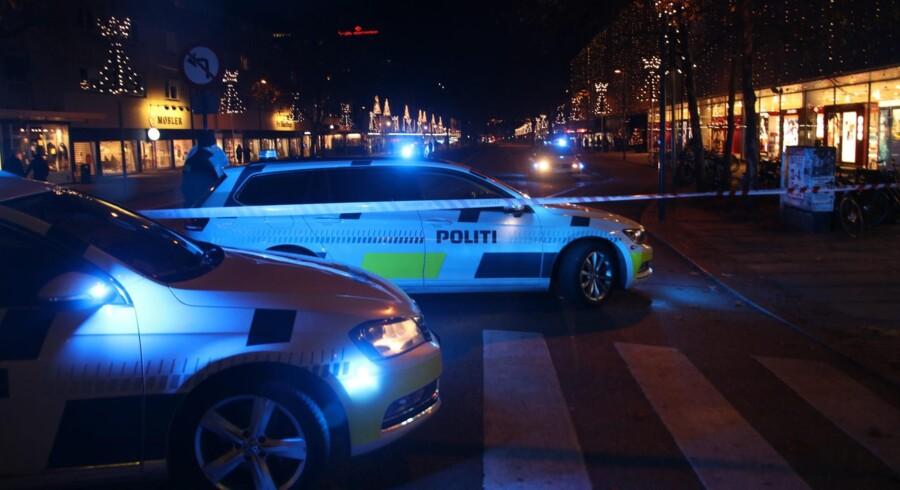 To personer blev ramt af skud tirsdag aften uden for restauranten Sticks N' Sushi i Magasin på Lyngby Hovedgade. Antallet af skyderier er steget i forhold til tidligere år. Scanpix/Mathias Øgendal