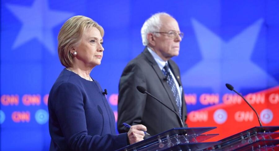 Demokraterne holdt lørdag primærvalg tre steder, og her vandt Bernie Sanders i de mindre stater Nebraska og Kansas, mens Hillary Clinton løb med sejren i Louisiana, hvor der var flest delegerede på spil.
