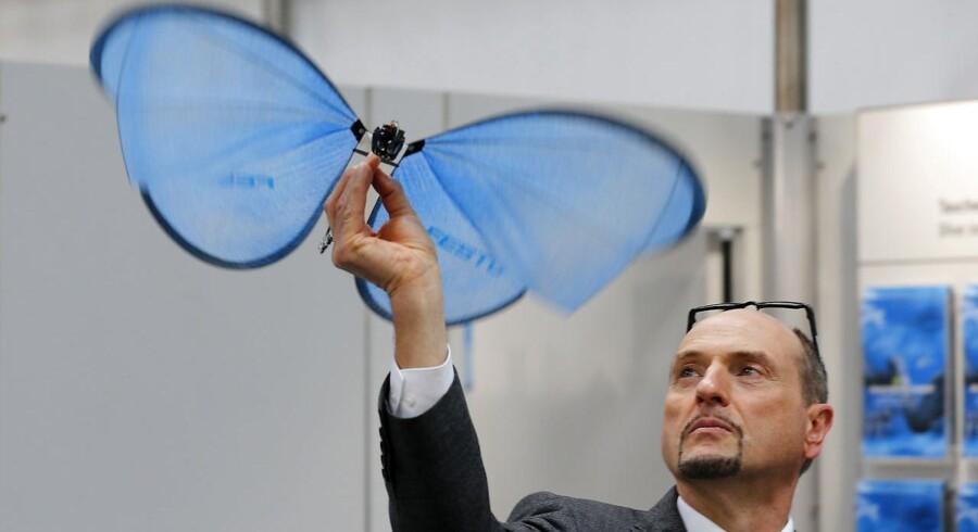Den tyske teknologivirksomhed Festo lærer fra naturen, når de eksperimenterer med blå robotsommerfugle på størrelse med måger, robotarme drevet af trykluft og digitale ventiler, der kan programmeres via apps.