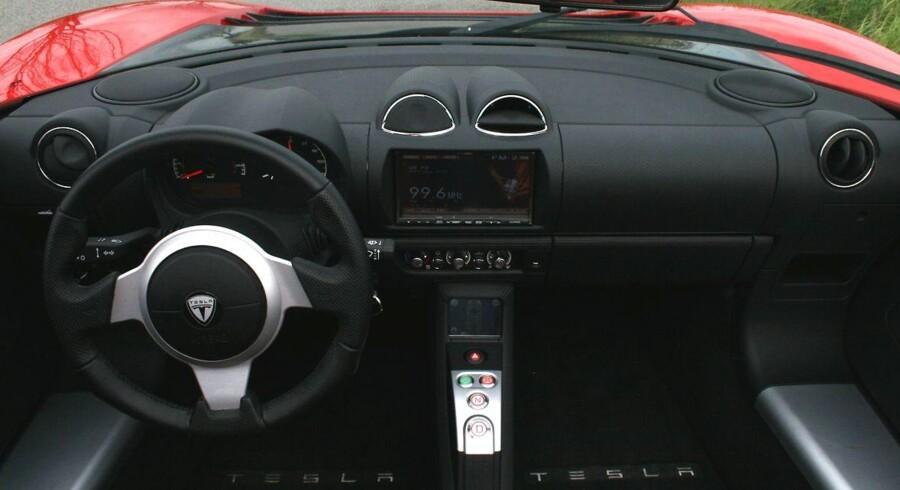 Det sker, efter at en Tesla-bilist har mistet livet i en ulykke, hvor personen havde aktiveret elbilens såkaldt autopilotsystem.