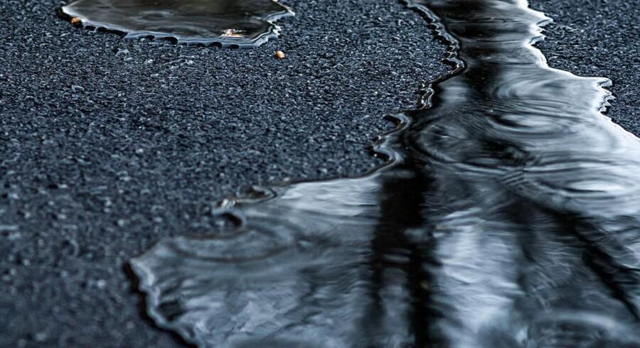 Ingen personer er kommet til skade, efter at en lastbil fredag morgen har spildt en større mængde olie.