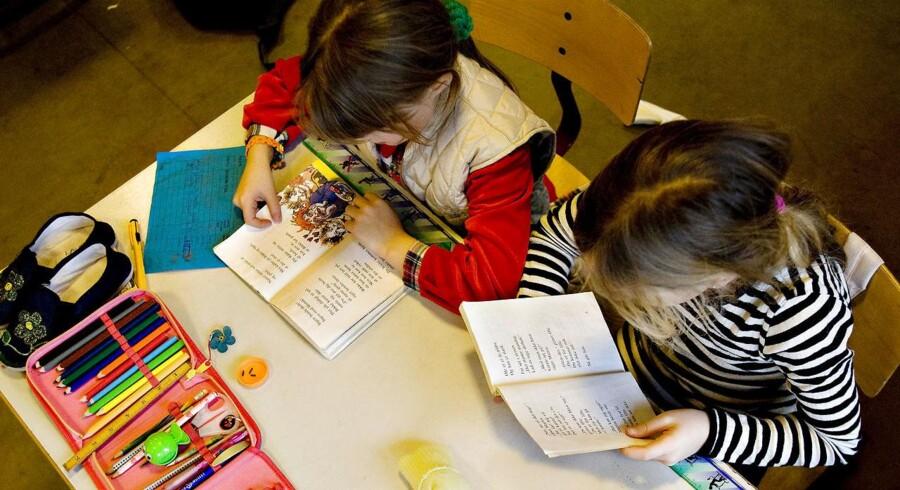 Arkivfoto. Det er en rigtig dårlig idé, at skolereformens lange skoledage falder sammen med stadigt mere restriktive regler for at lade umodne børn vente med at starte i skole, mener lærerne. Forskning kan ikke sige, hvad der på langt sigt er bedst for børnene.
