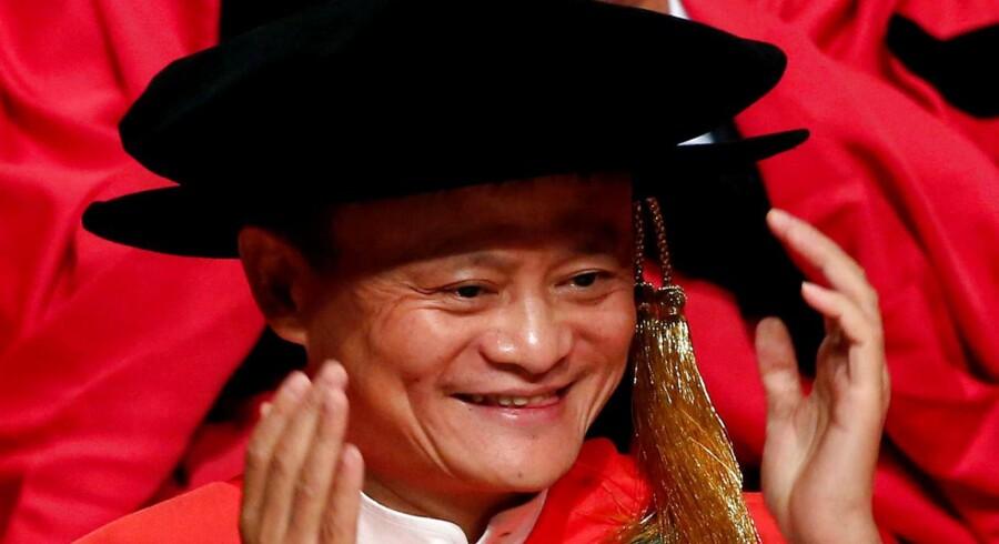 Alibaba-gruppens leder, Jack Ma, fanget i et muntert øjeblik, da han bliver tildelt et æresdoktorat fra universitetet i Hong Kong.