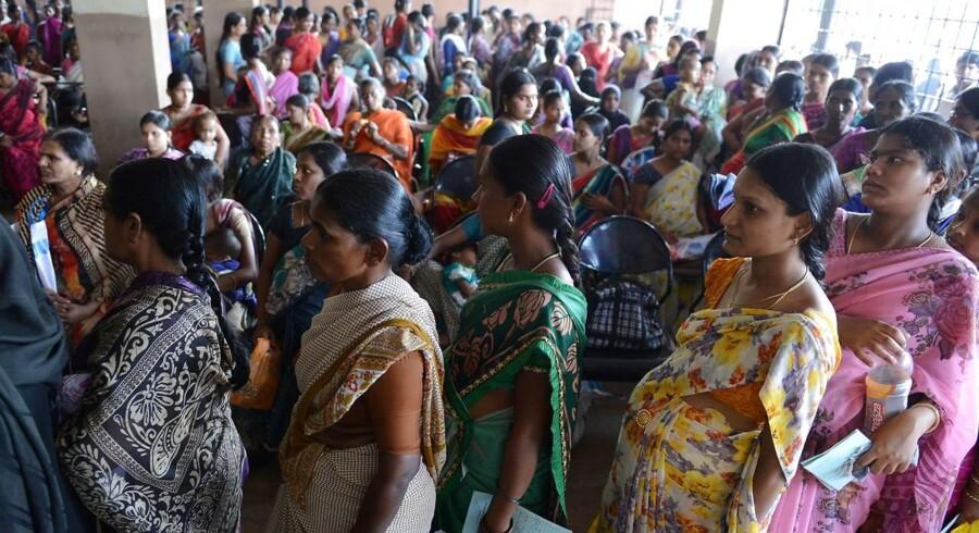 Kvinder står i kø til tjek på et fødselshospital i den indiske by Hyderabad på World Health Day, 7. april. For få hænder, korruption og for dyr behandling har skabt voldsom utilfredshed med indisk sundhedspersonale blandt patienter og deres pårørende.