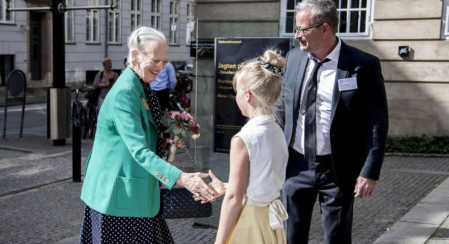 Dronning Margrethe skriver sig ind i en historisk række af regerende dronninger. Her ankomemr Dronningen til Nationalmuseets åbning af »18th Viking Congress« og modtages af direktør Rane Willerslev og hans ti-årige datter Gertrud.