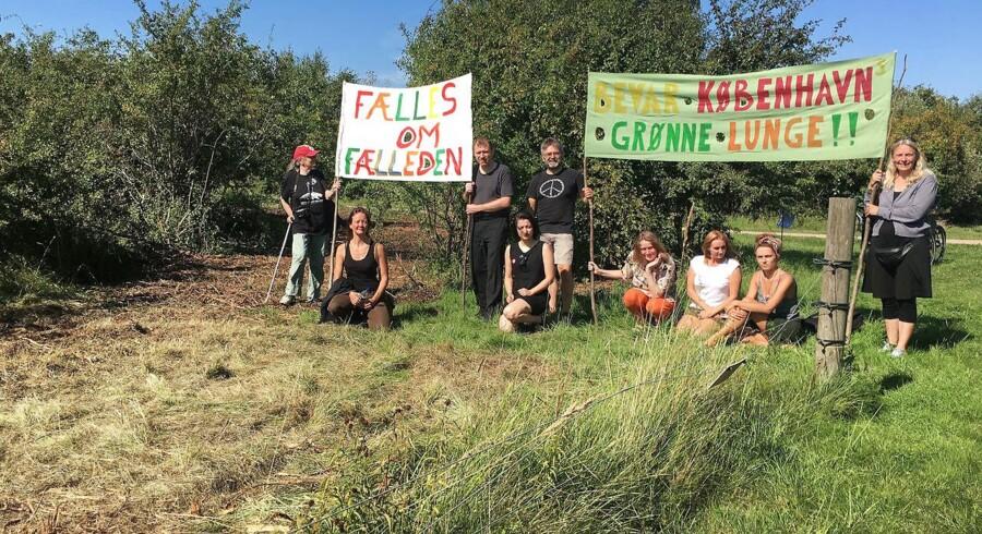 Tilhængere af Amager Fælled mødtes tirsdag ved Sundby Station til en spontan demonstration efter mandagens maskinarbejde ved den gamle strandeng på Amager Fælled.