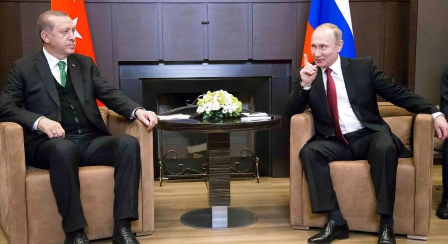 Ruslands præsident Vladimir Putin og Tyrkiets præsident Recep Tayyip Erdogan mødtes i Sochi den 3. maj. To dage senere lå aftalen om at inddele Syrien i fire de/eskaleringszoner klar. REUTERS/Alexander Zemlianichenko/Pool TPX IMAGES OF THE DAY