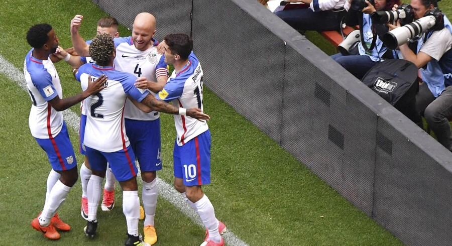 USA kom foran allerede i det femte minut på en flot scoring af Michael Bradley, der fra cirka 30 meters afstand løftede bolden over den mexicanske målmand, der var kommet for langt væk fra mållinjen.