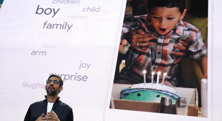 Googles topchef, Sundar Pichai, viser, hvordan kunstig intelligens nu automatisk genkender personer og situationer på de billeder, man tager, så man kan søge efter dem, uden at de er særligt mærket af. Foto: Justin Sullivan, Getty Images/AFP/Scanpix
