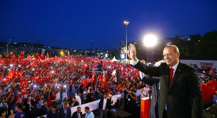 Præsident Erdogan hilser på sine støtter under ceremonien for etårsdagen for det mislykkede kupforsøg i Tyrkiet.