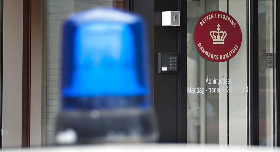 En 28-årig kvinde fra Vendsyssel erkender, at hun skar halsen over på sin niårige datter en juniaften sidste år. Ved retssagens begyndelse torsdag formiddag ved Retten i Hjørring nægtede kvinden sig skyldig.