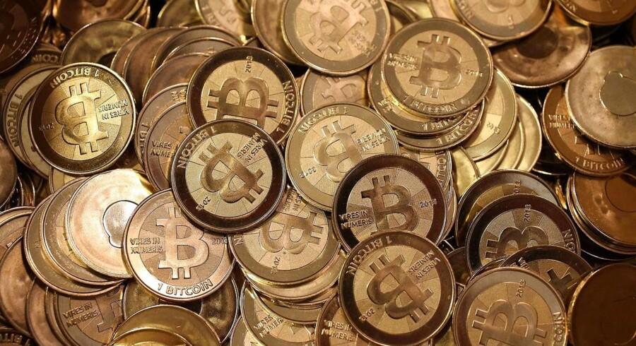 Prisen på bitcoin er på raketfart. I 2011 kostede den virtuelle valuta 1 dollar, men fredag bliver den handlet til historisk høje 5.700 dollar.