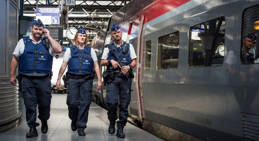 Politibetjente patruljerer på Bruxelles' internationale banegård Gare du Midi efter et afværget angreb på højhastighedstoget mellem Bruxelles og Paris i august 2015. EPA/STEPHANIE LECOCQ