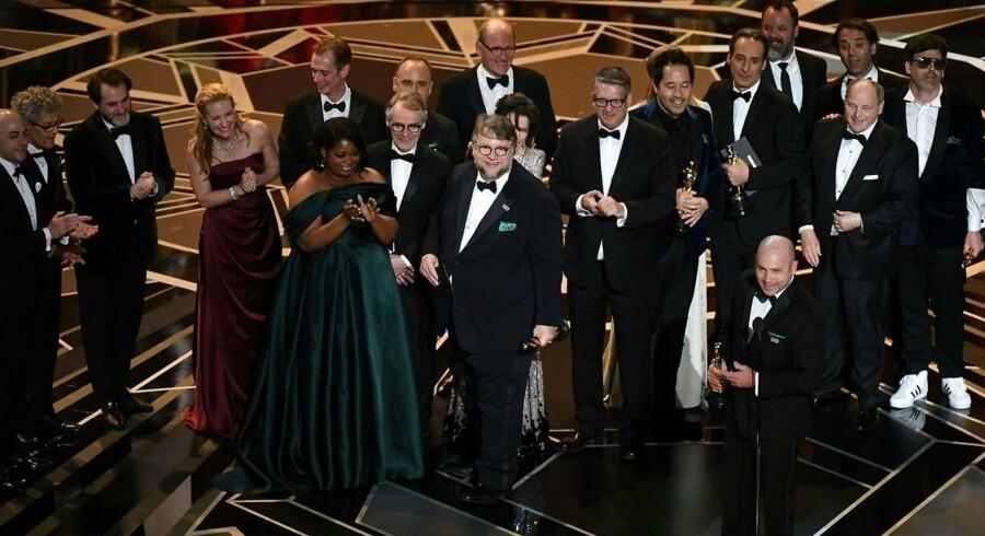 Den mexicanske instruktør Guillermo del Toro står på scenen med de medvirkende efter han vandt en Oscar for bedste film med filmen »The Shape of Water« ved den 90. oscaruddeling.