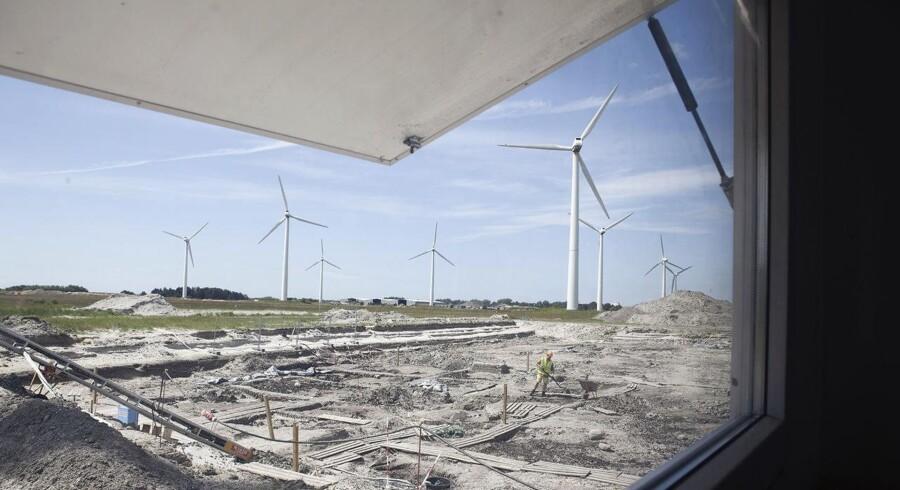 Det var 25 af de 32 vindmøller ved Rødbyhavn på Lolland, der blevet revet ned i 2015. I stedet skulle der bygges en fabrik til at fremstille tunnelelementerne til Femern Forbindelsen, men projektet er aldrig kommet så langt.