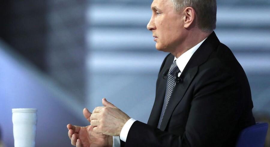 Vladimir Putin pudsede tordag sit stærkmands-image af, da han traditionen tro for åben skærm gav russerne havde lejlighed til at få ham i røret.