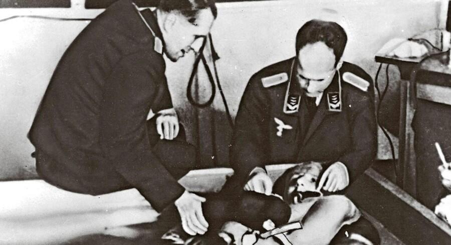Den nazistiske læge Sigmund Rascher arbejdede med rædselsvækkende koldtvandsforsøg. Her ses Rascher til højre og lægen, professor Ernst Holzlöhner til venstre.