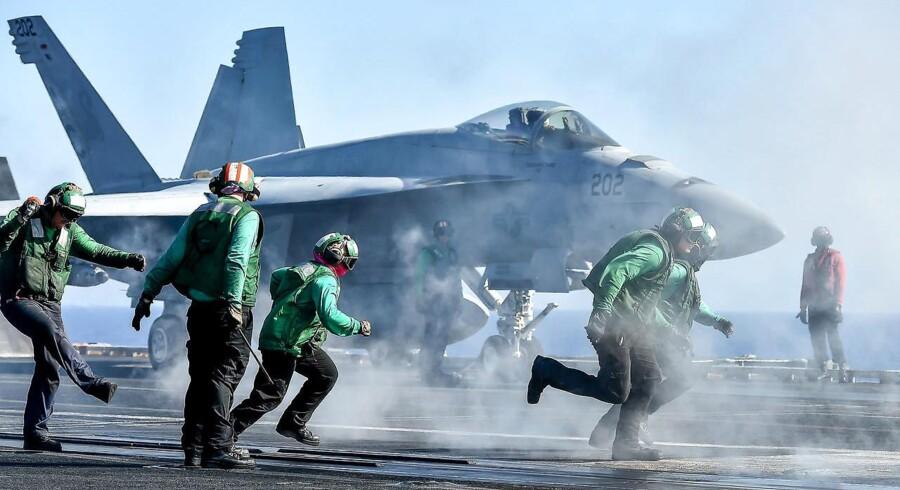 Arkivfoto: Hangarskib med Starbucks under dæk i krig. Mens krigsfly letter fra og lander på dækket af det enorme hangarskib USS Eisenhower i kampen mod Islamisk Stat i Irak og Syrien, myldrer livet under dækket.