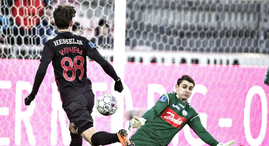 SønderjyskEs målmand Sebastian Mielitz redder i Alka Superliga-kampen FC Midtjylland mod Sønderjyske.