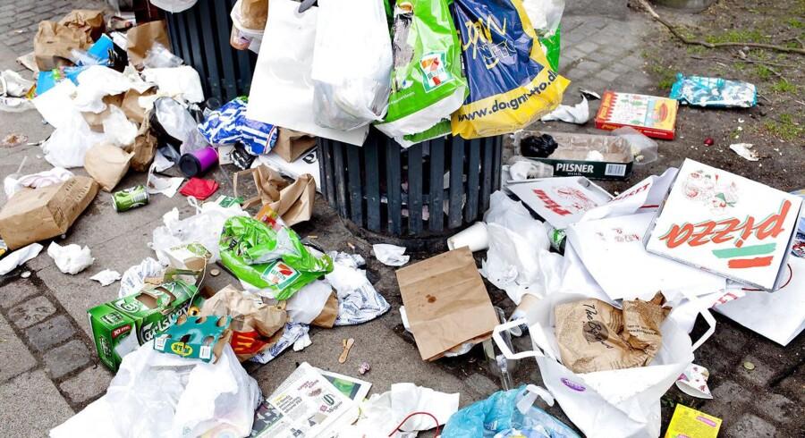 ARKIVFOTO: Politiet kan give bøder på flere tusinde kroner for henkastet affald. Der bliver dog kun givet få bøder, og derfor vil Konservative også lade kommunerne udskrive bøder.
