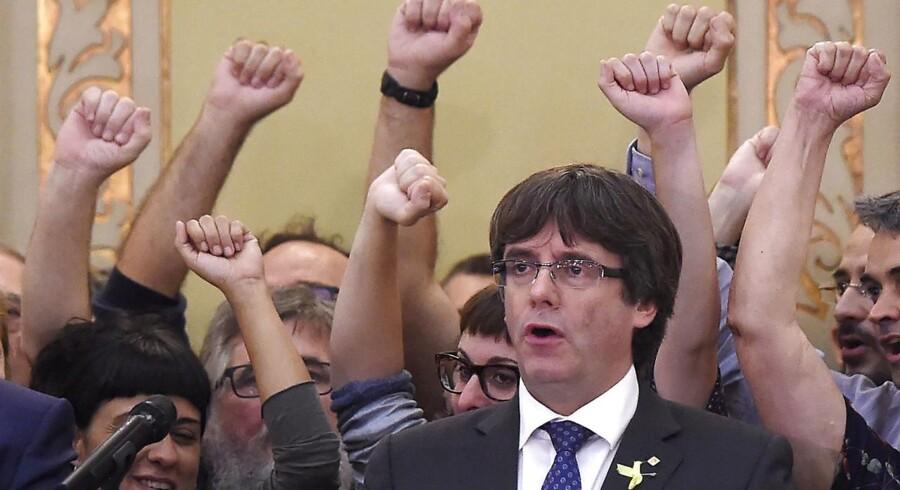 Spanien udsteder nu en arrestordre på Cataloniens afsatte leder, Carles Puigdemont.