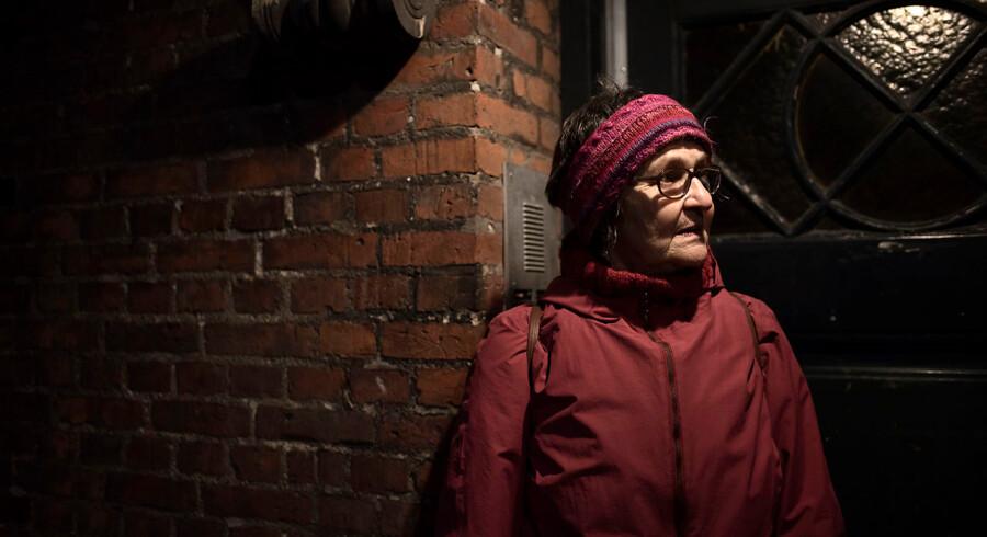 70-årige Helen Majew er træt af at bo på Islands Brygge, fordi hun oplever støj og føler sig utryg over de mange larmende mennesker.