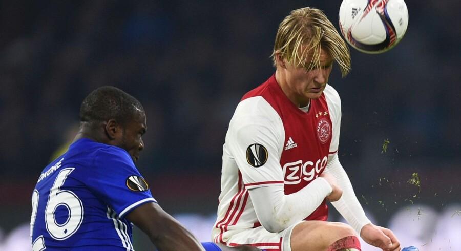 Kasper Dolberg scorede sikkert på straffespark mod FC København. Det var Jores Okore, der begik straffesparket mod danskeren. Det er dog ikke situationen på billedet. Scanpix/John Thys