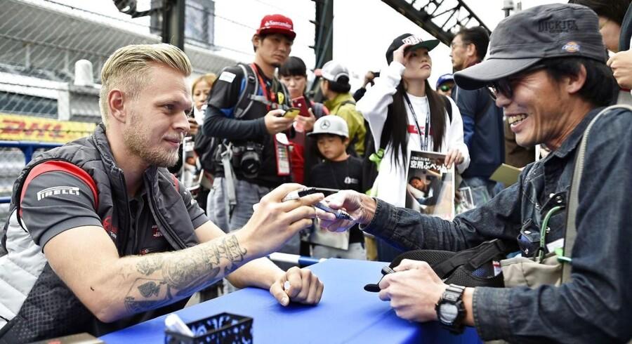 Danske Kevin Magnussen skriver autografter til japanske fans.