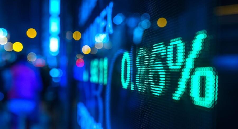 De store amerikanske aktieindeks steg en smule mandag, hvor et kraftigt fald i General Electric-aktien blev mere end opvejet af gevinster i de højt udbyttebetalende sektorer som forbrugerpapirerne og forsyningsselskaberne.