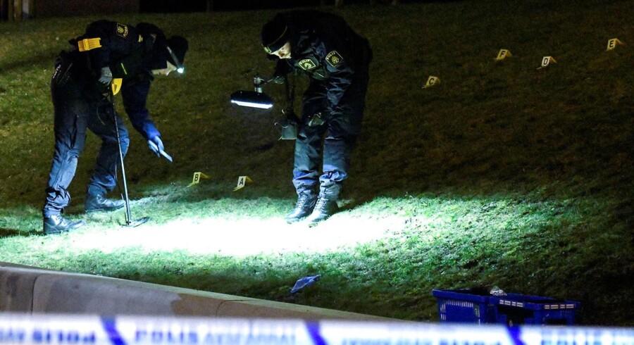 Politiets efterforskere undersøger et gerningssted ved et busstoppested i Rosengård i Malmø 12. januar 2017, hvor en 16-årig dreng blev dødeligt såret af skud. Foto: TT News Agency/Johan Nilsson/via REUTERS