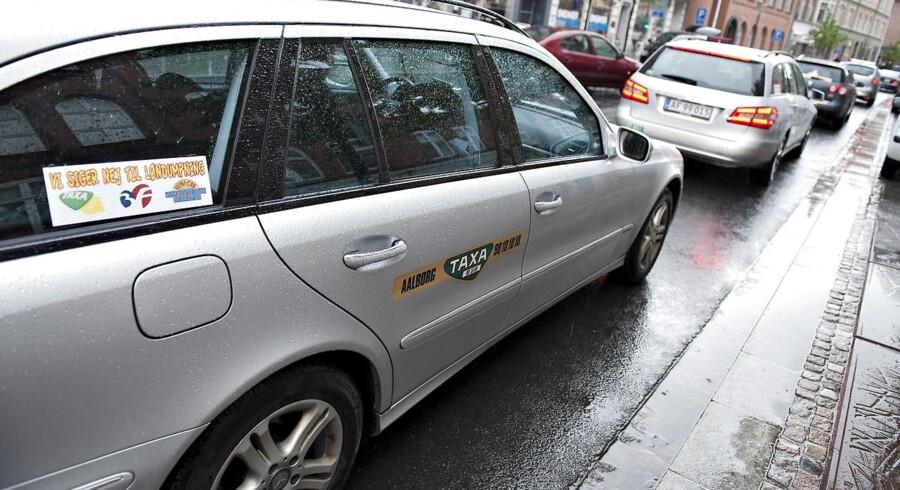 Et flertal på Christiansborg ventes torsdag at blive enige om en ny taxilov. Men kort før aftalen ventes at falde på plads, har Enhedslisten valgt at forlade forhandlingerne.