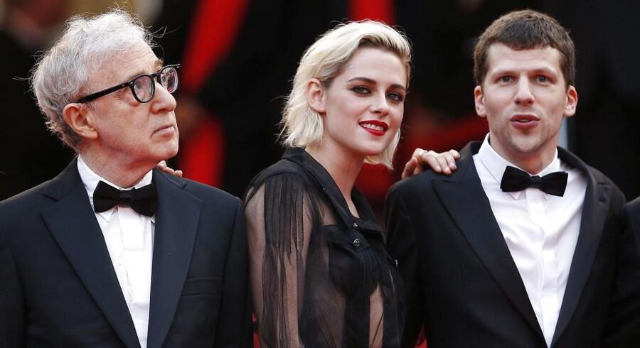 Jesse Eisenberg, Kristen Stewart og Woody Allen poserer på Cannes festivalens røde løber forud for verdenspremieren på Allens »Cafe Society«. Foto: AFP / ANNE-CHRISTINE POUJOULAT