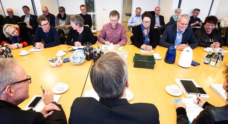 (Arkiv) Anders Bondo Christensen, formand for DLF, er placeret på midten af bordet lige over for Michael Ziegler fra Kommunernes Landsforening under den afgørende runde I OK15-forhandlingerne fredag d. 13 februar 2015 i København. 28. februar er fristen for ny statslig overenskomst. Fredag brød forhandlingerne sammen. Det skriver Ritzau, fredag den 23. februar 2018.. (Foto: David Leth Williams/Scanpix 2018)