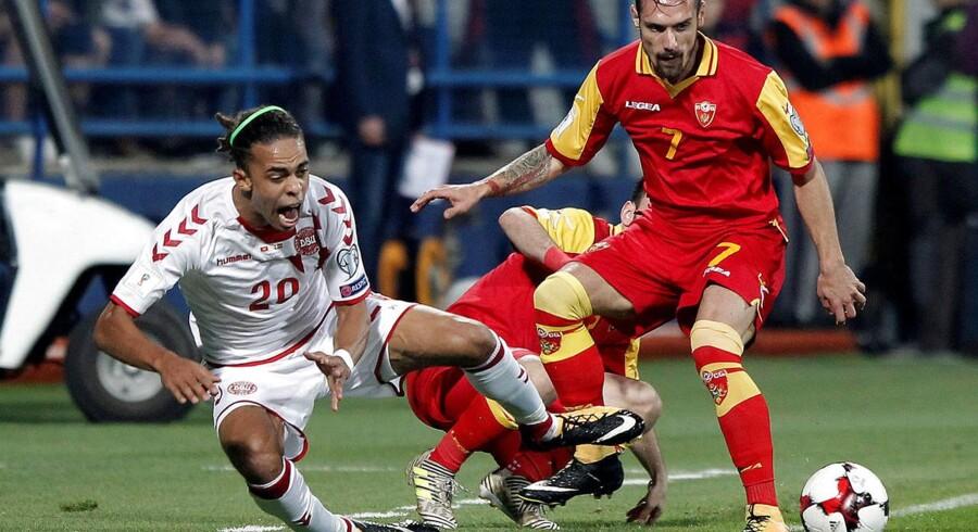 Yussuf Poulsen i duel med Montenegros Marko Vesovic torsdag aften.