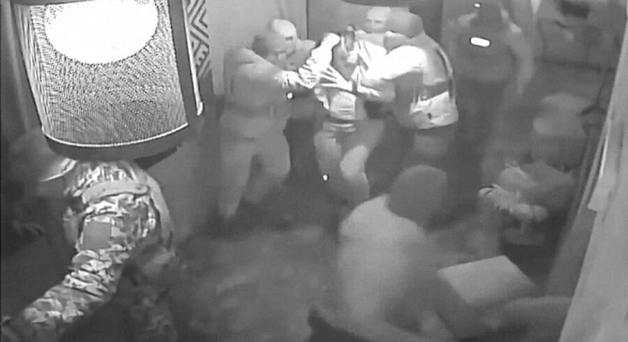 Foto fra den tidligere georgiske præsident Mikheil Saakashvilis pressekontor, der viser, hvordan han tirsdag blev anholdt af maskerede mænd i en restaurant i Kijev, Ukraines hovedstad. Scanpix/Handout