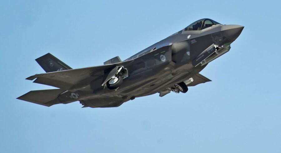 »Det allervigtigste er, at de danske kampfly kan forsvare dansk luftrum. Dernæst skal de kunne indgå i Natos samlede kampkraft, som gør, at Nato har det militære herredømme i Europa. Og som tredje prioritet skal de kunne deltage i internationale operationer. Men det er i den rækkefølge. Dansk luftrum er det vigtigste,« siger Rasmus Jarlov.