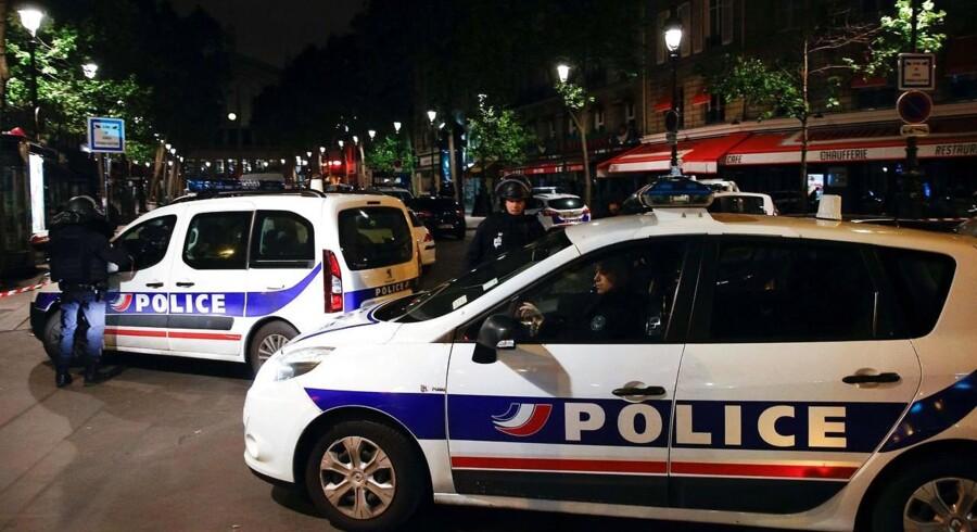 De franske myndigheder er i gang med at rydde en flygtningelejr i den nordøstlige del af Paris. Det oplyser fransk politi tirsdag.