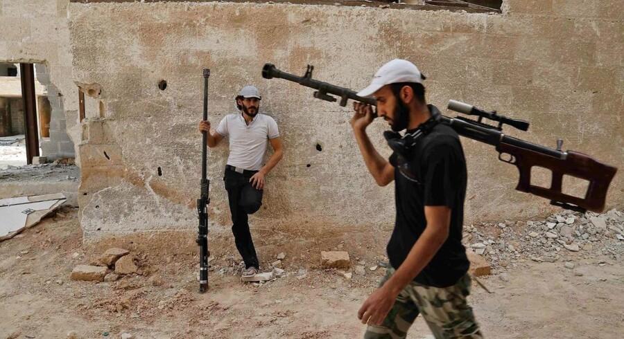 Syriske rebeller i Ghouta patruljerer med deres hjemmelavede snigskytterifler. Kampene i Ghouta er d. 22. juli indstillet i visse områder, som følge af en våbenhvile, støttet af den syriske præsident Bashar al-Assad, Iran og Tyrkiet.