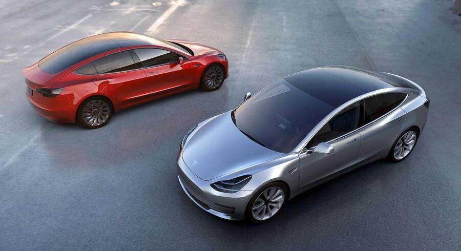 Indtil Teslas nye Model 3 (billedet) bliver klar til salg mod slutningen af 2017, venter den amerikanske elbilproducent stadig at sælge mellem 80.000 og 90.000 biler i år trods problemer med leverancer. Foto: Tesla/Scanpix