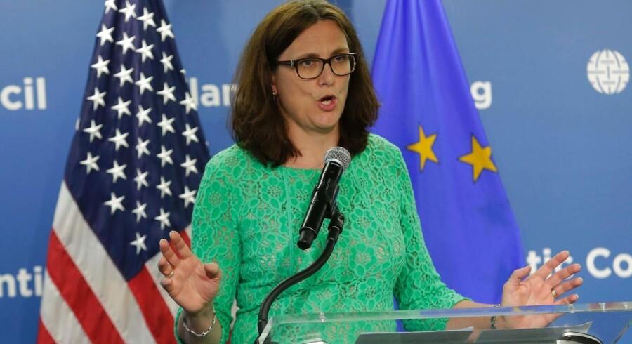 """Men efter EU's uformelle handelsministermøde fredag i Bratislava står det nu klart, at ingen EU-lande længere tror på, at aftalen bliver færdig i år. EU's handelskommissær, Cecilia Malmström, siger, at """"det ser stadig mere usandsynligt ud"""", at TTIP-aftalen bliver færdig i Obamas præsidentperiode."""