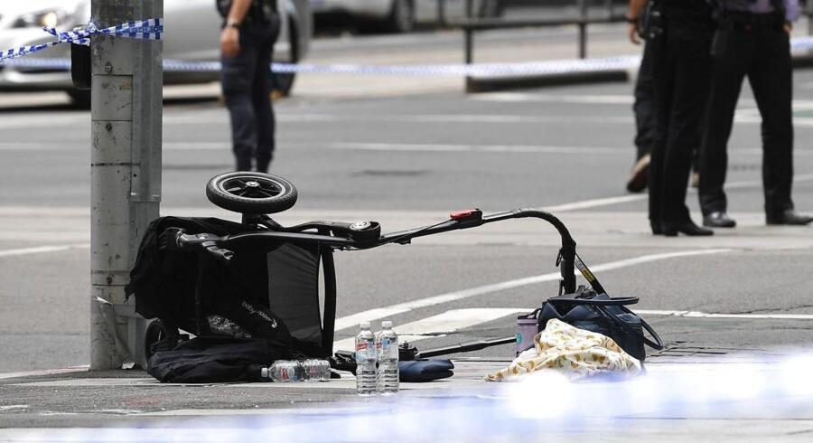 En klapvogn ligger tilbage på fortovet i Melbourne, hvor en mand tilsyneladende gik amok med sin bil gennem en travl butiksgade. Ifølge lokale medier var gerningsmanden kun iført rødt undertøj, da han blev anholdt kort tid efter.