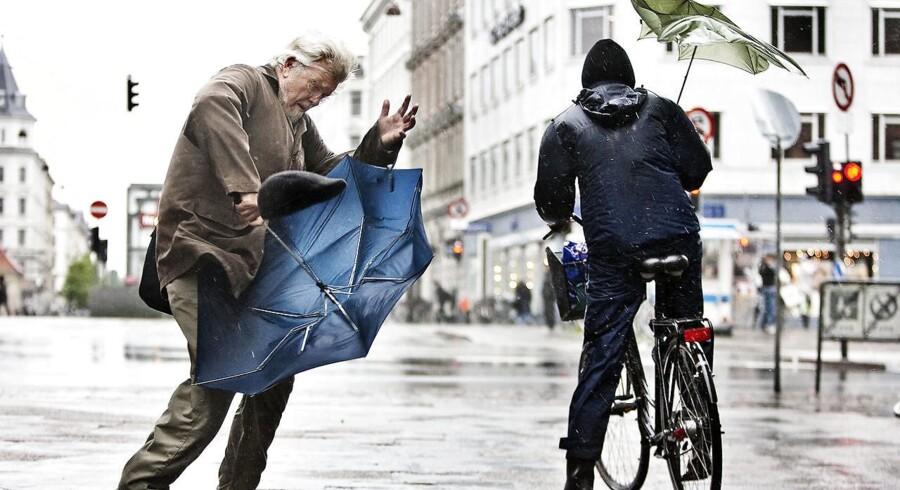 ARKIVFOTO: Det er med at holde fast på hatten, hvis man skal ud på gaden i weekenden. DMI varsler vindfyldt weekend.