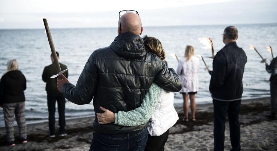 Den svenske journalist Kim Wall bliver mindet med et fakkeltog på Ishøj Strand torsdag den 31. august 2017. Hun blev sidst i live set den 10. august. Hendes torso blev fundet den 21. august ved Amager. Foto: Sarah Christine Nørgaard/Scanpix 2017)