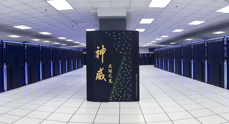 Her er den kinesiske Sunway TaihuLight supercomputer, der har erobret den globale førsteplads og vippet den hidtidige amerikanske dominans af pinden. Supercomputeren holder til i Kinas Nationale Super­computer Center in Wuxi. Foto: EPA