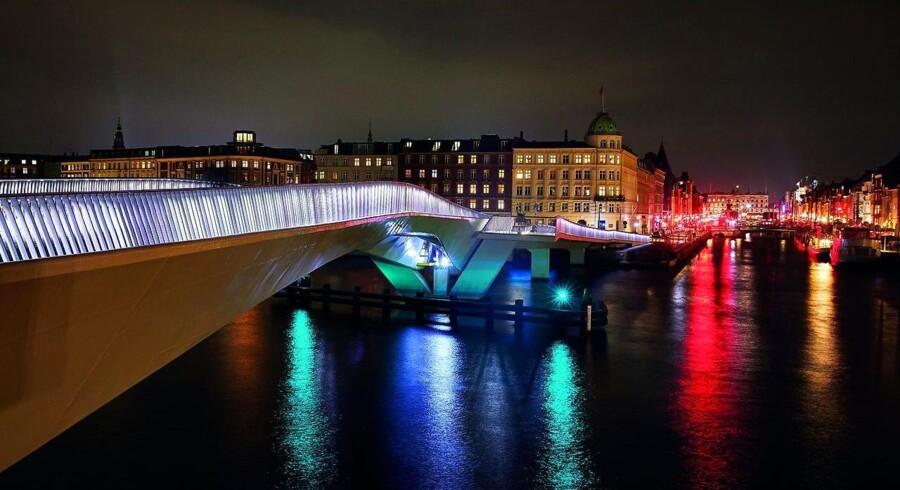 I 2016 lykkedes det endelig at få indviet Inderhavnsbroen, der går fra Nyhavn til Grønlandske Handels Plads. Fra bogen »Broernes København«. Forlaget Frydenlund.