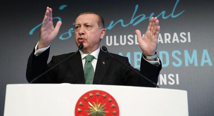 Mandag truede Tyrkiets præsident, Recep Tayyip Erdogan, med at lukke for en olieledning, der transporterer olie fra det nordlige Irak.