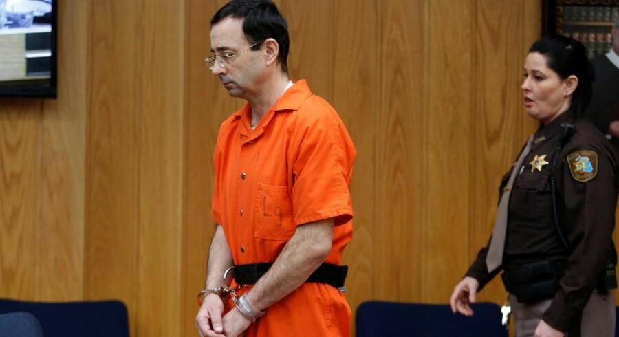 Larry Nassar, der er tidligere sportslæge for amerikanske elitegymnaster, under et retsmøde i sidste uge i Charlotte, Michigan. Mandag fik han endnu en fængselsstraf, denne gang mellem 40 og 125 års fængsel. Reuters/Rebecca Cook/arkiv