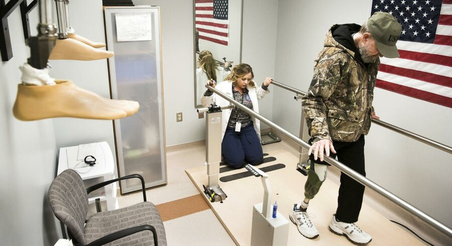 Vietnam-veteranen Ryssell Brown tror på, at Donald Trump bliver den bedste præsident for USA nogensinde. På et hospital kun for veteraner i Cleveland, Ohio, får han en ny benprotese.