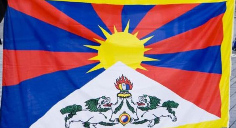 Den kinesiske præsident måtte ikke se demonstranter under et besøg i København, besluttede Københavns Politi i 2012. Betjente hev fat i tibetanske flag og skærmede af, så Hu Jintao ikke fik øje på flag, som i gæstens hjemland er forbudt. En medarbejder i PET ringede ifølge en ansat i Københavns Politi og sagde, at besøget drejede sig om handelsaftaler for 20 milliarder. Hvis kineserne så bare et enkelt flag, kunne de blive krænkede. Free/Www.colourbox.com