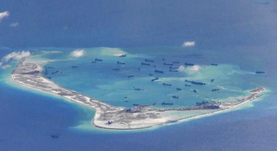 En mindre hær af kinesiske sandsugere er her i færd med at omdanne et tidligere koralrev i Det Sydkinesiske Hav til en flere kvadratkilometer stor militærbase.